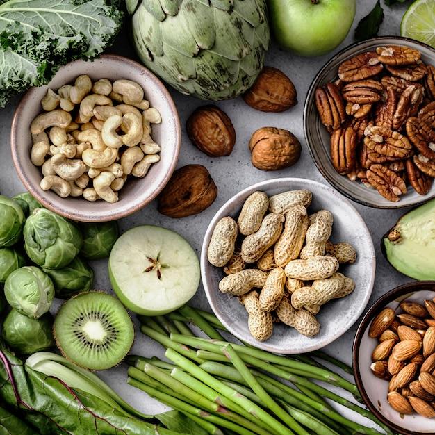Nozes e vegetais planos de dieta saudável fotografia de alimentos