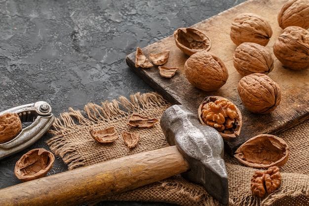 Nozes em uma placa de corte. conceito de comida saudável