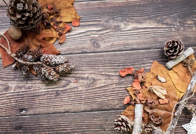 Nozes, folhas secas, madeira, conceito outonal