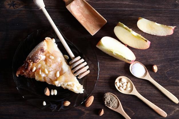 Nozes frescas na mesa para o café da manhã com mel e bolo