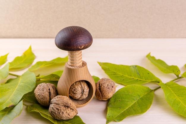Nozes inteiras na mesa de madeira. nozes e quebra-nozes de parafuso de madeira. nós gostamos de nozes. publicidade em nozes.