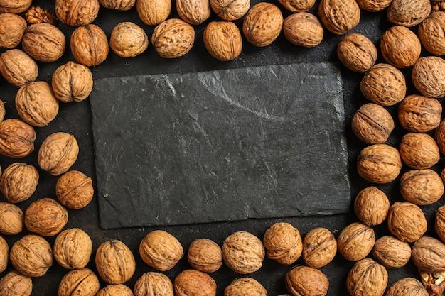 Nozes, menu saboroso e saudável (grãos, nozes inteiras). fundo de comida. copyspace. vista do topo