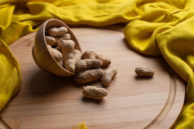 Nozes na tigela de madeira com lenço amarelo