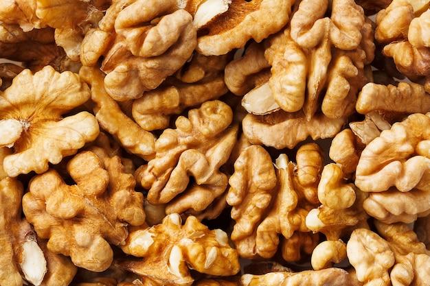 Nozes vendidas no mercado de especiarias. nozes ajudam a diminuir o colesterol. bons grãos comem saudáveis.