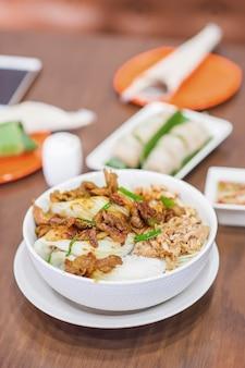 Nu comida vietnamita grelhado de porco com macarrão de arroz