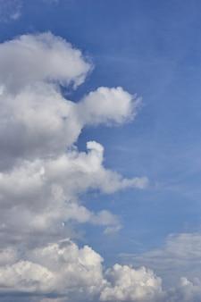 Nubla-se o fundo no céu azul. cloudscape. textura