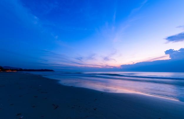 Nublado bonito no nascer do sol na praia de khanom, nakhon si thammarat
