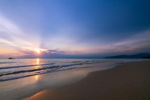 Nublado bonito no nascer do sol na praia de khanom