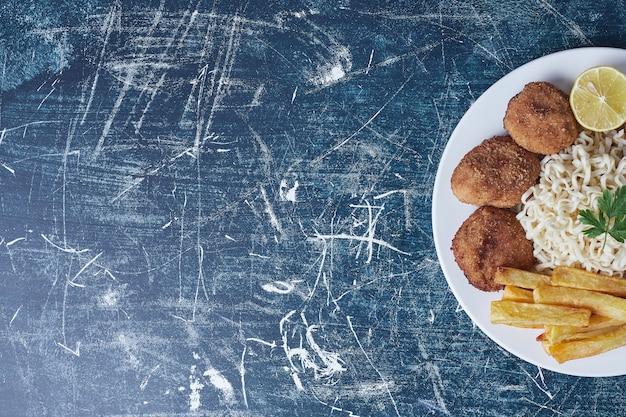 Nuggets crocantes com palitos de batata e macarrão.