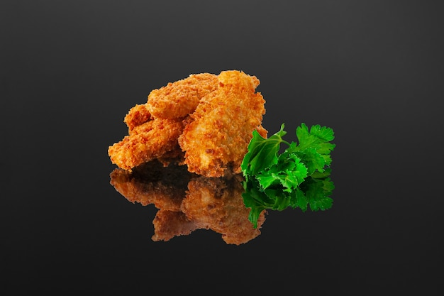 Nuggets de filé de frango no escuro