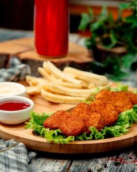 Nuggets de frango com ketchup e batatas fritas