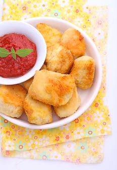 Nuggets de frango com molho de tomate em um prato