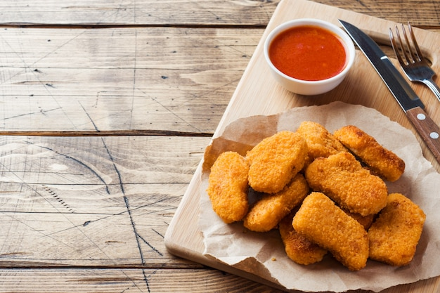 Nuggets de frango com molho de tomate