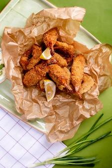 Nuggets de frango com rodelas de limão