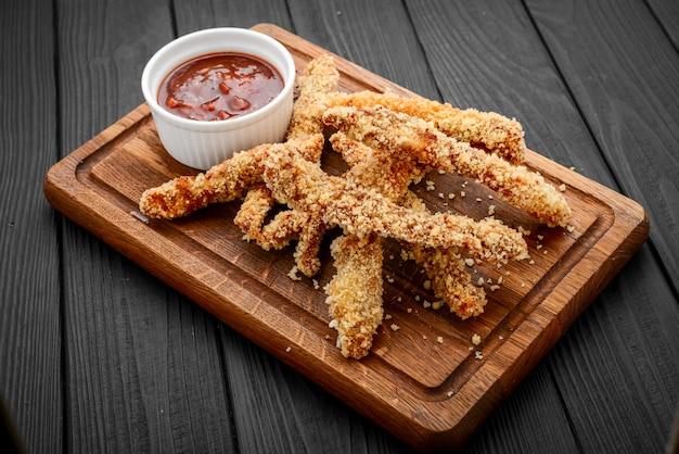 Nuggets de frango crocante frito com ketchup no quadro branco