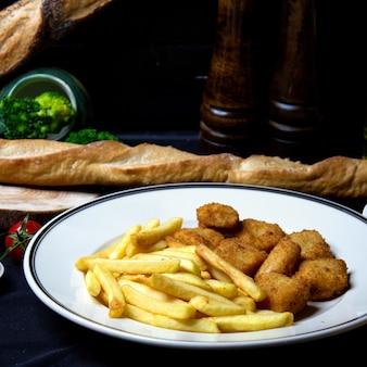 Nuggets de frango crocantes com batatas fritas