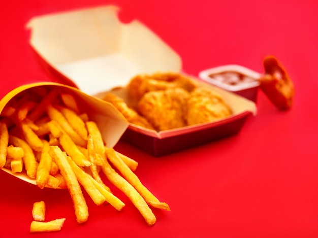 Nuggets de frango e batatas fritas no vermelho