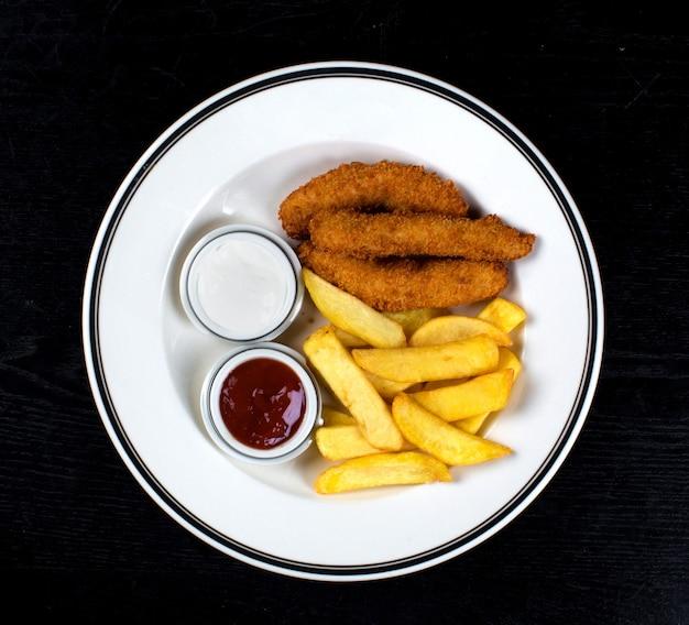 Nuggets de frango e batatas fritas