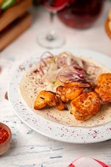 Nuggets de frango grelhado, asas, peito com salada de cebola