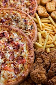 Nuggets de frango, pernas, pizzas e batatas fritas