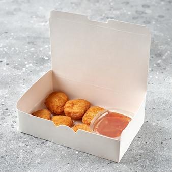 Nuggets de frango quente. serviço de entrega de comida. almoço ou jantar para viagem. menu de restaurante fast food
