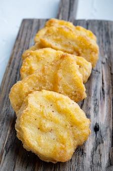 Nuggets de peito de frango frito na mesa branca.