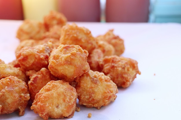 Nuggets fritos na comida de rua