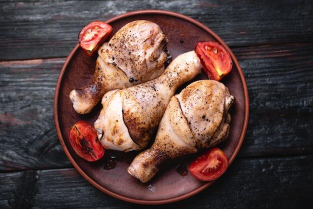 Num prato estão vários pedaços de carne frita, coxinhas de frango, uma receita culinária