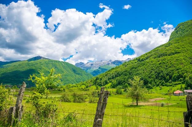 Num vale pitoresco entre as montanhas existe uma pequena aldeia.