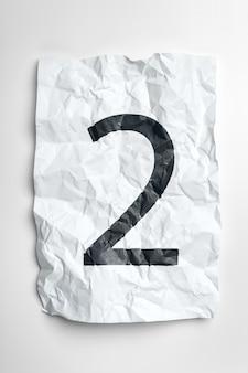 Numerais datilografados em papel amassado