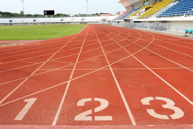 Número 1, 2 e 3 na pista de atletismo