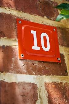 Número 10 em vermelho