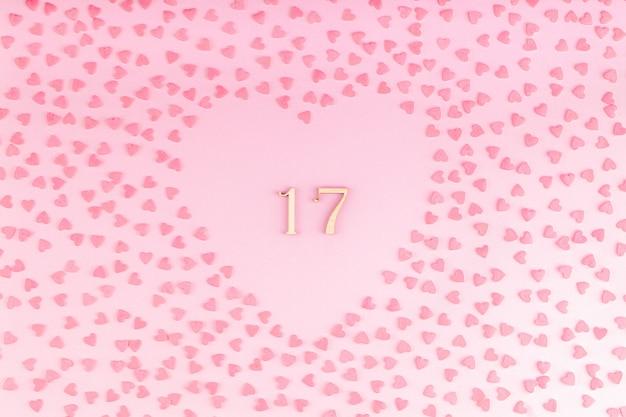 Número 17, dezessete de madeira em decoração em forma de coração com pequenas corações