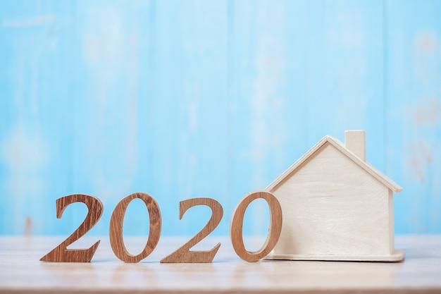 Número 2020 com modelo de casa em madeira