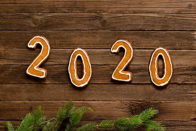 Número 2020, feito de biscoitos de gengibre em um fundo de madeira.