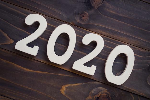 Número 2020 para o ano novo em uma mesa de madeira.