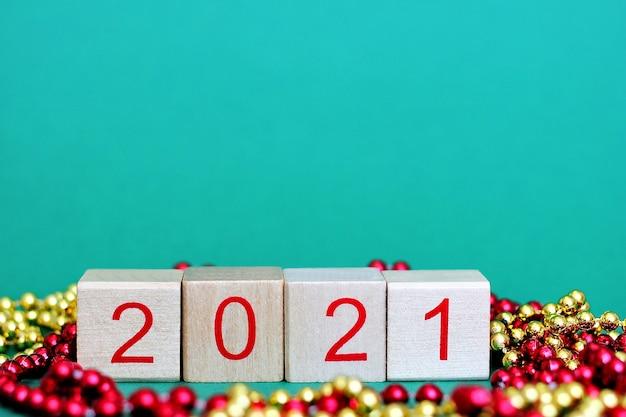 Número 2021 de ano novo em números vermelhos em blocos de madeira com decorações