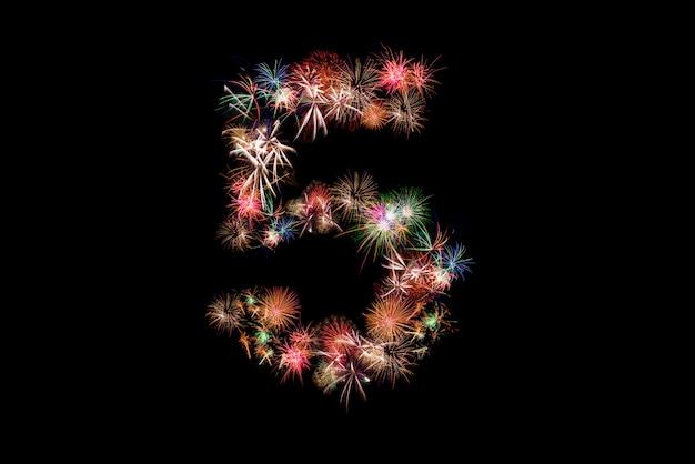 Número 5. número alfabeto feito de fogos de artifício reais.