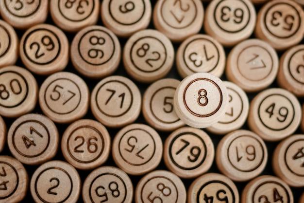 Número 8 da sorte no fundo da loteria de barril de madeira. fechar-se