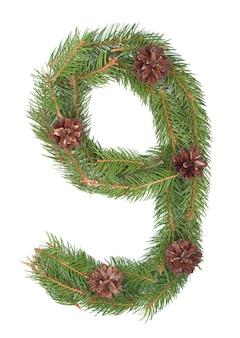 Número 9 - feito de árvore de natal em um fundo branco