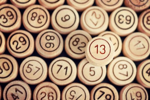Número azarado 13 no fundo da loteria de barris de madeira. fechar-se