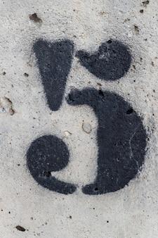 Número cinco pintado stencil na parede de concreto, número cinco, número 5