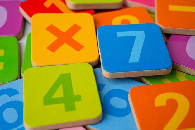 Número colorido de matemática fundo.