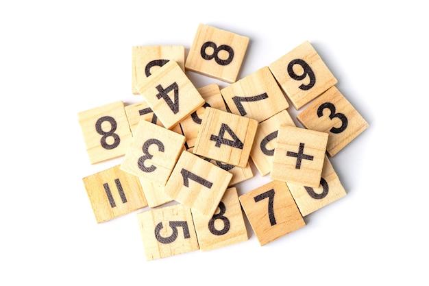 Número da matemática no fundo branco, conceito de ensino de aprendizagem de matemática de estudo de educação.