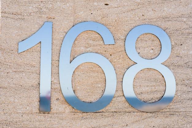 Número da residência de metal cento e sessenta e oito.