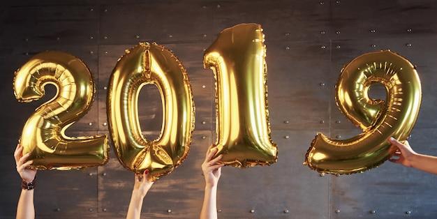 Número de 2019 feito de balão de ouro, feliz ano novo