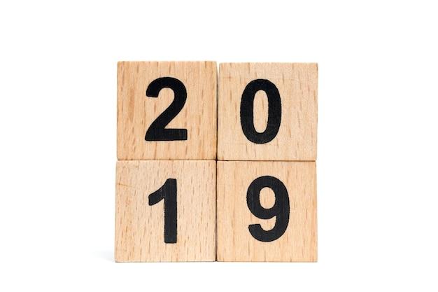 Número de bloco de madeira 2019 isolado no fundo branco