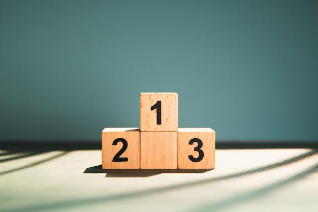 Número de bloco de madeira na luz solar usando como conceito de concorrência de negócios