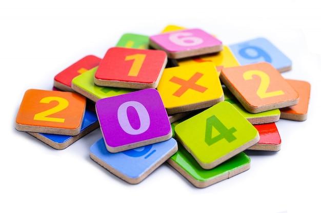 Número de matemática colorido. a matemática do estudo da educação que aprende ensina o conceito.
