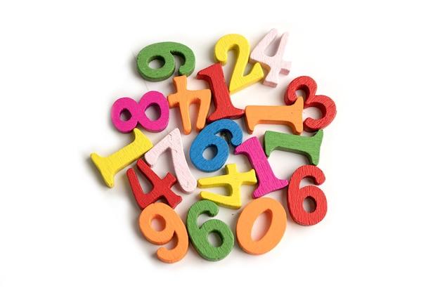 Número de matemática colorido sobre fundo branco, conceito de ensino de aprendizagem de matemática de estudo de educação. Foto Premium